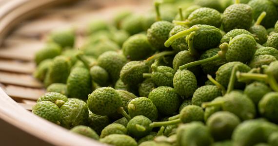大粒の「ぶどう山椒」を使用